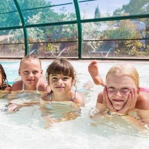 enfants dans la piscine couverte du camping