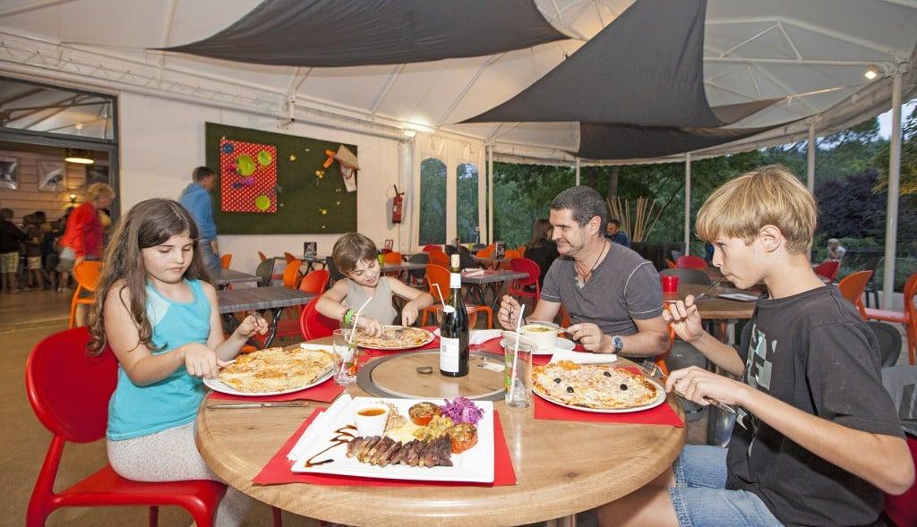 ardeche-camping-restaurant-famille
