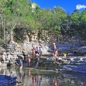 les enfants à la rivière près du camping
