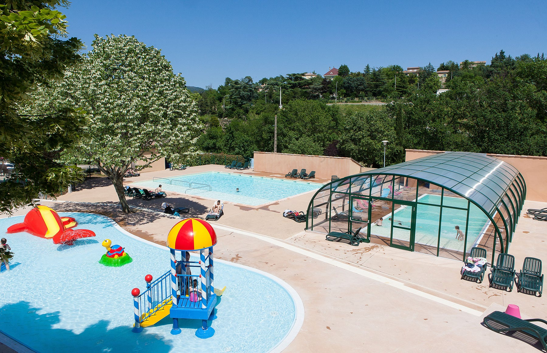 Ardeche camping piscine chauff e et couverte toboggans for Camping piscine